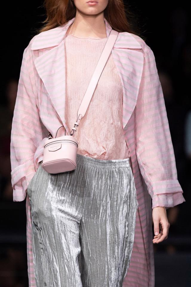 Túi xách siêu nhỏ tiếp tục đổ bộ các tuần lễ thời trang - Ảnh 7.