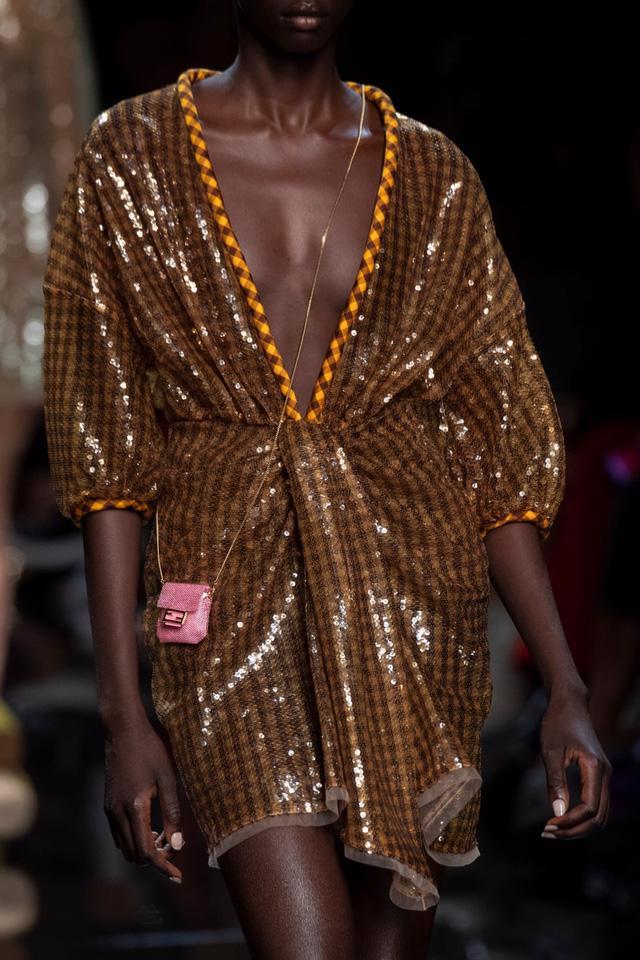 Túi xách siêu nhỏ tiếp tục đổ bộ các tuần lễ thời trang - Ảnh 11.
