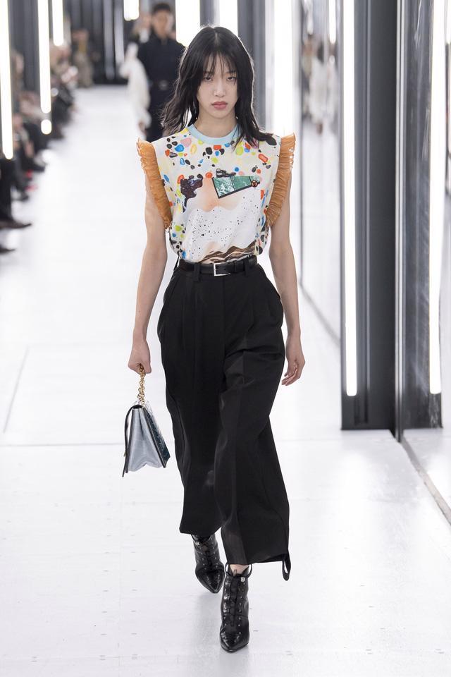 BST Xuân – Hè 2019 của Louis Vuitton: cái nhìn tươi sáng về tương lai - Ảnh 5.