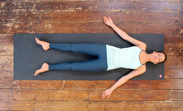 Những động tác yoga giúp bạn ngủ ngon - Ảnh 2.