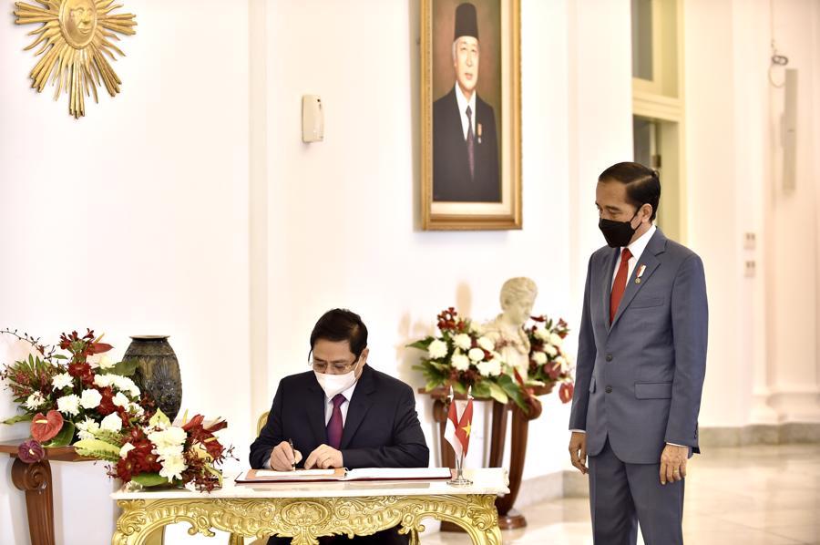 Cuộc gặp diễn ra tại Phủ Tổng thống Indonesia (Cung Bogor). Trong ảnh, Thủ tướng Phạm Minh Chính ký sổ lưu niệm tại Cung Bogor - Ảnh: VGP