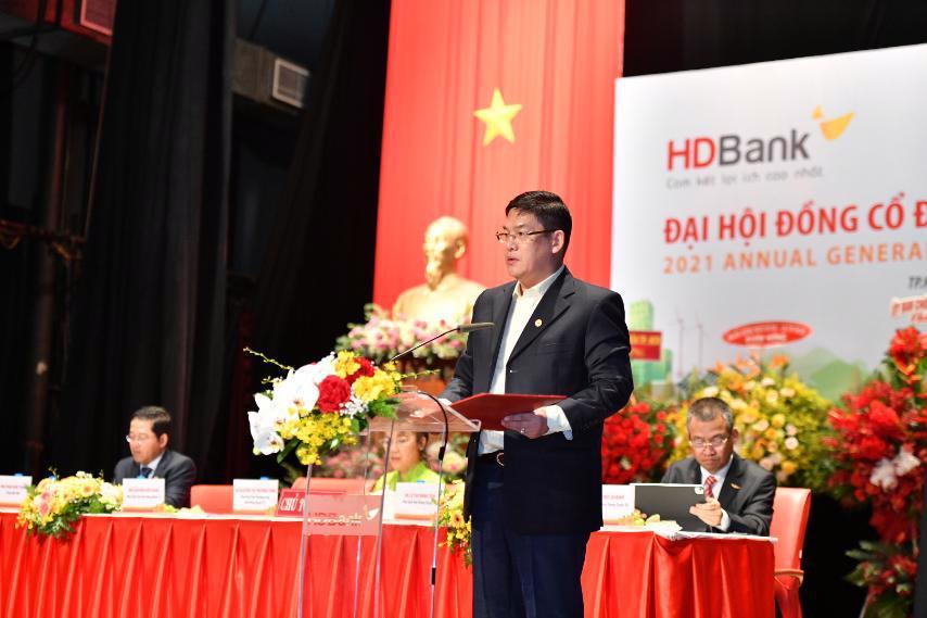 Ông Nguyễn Hữu Đặng – Phó Chủ tịch HĐQT tiếp tục trình bày Ủy quyền của ĐHĐCĐ cho HĐQT và Sửa đổi, bổ sung Điều lệ HDBank.
