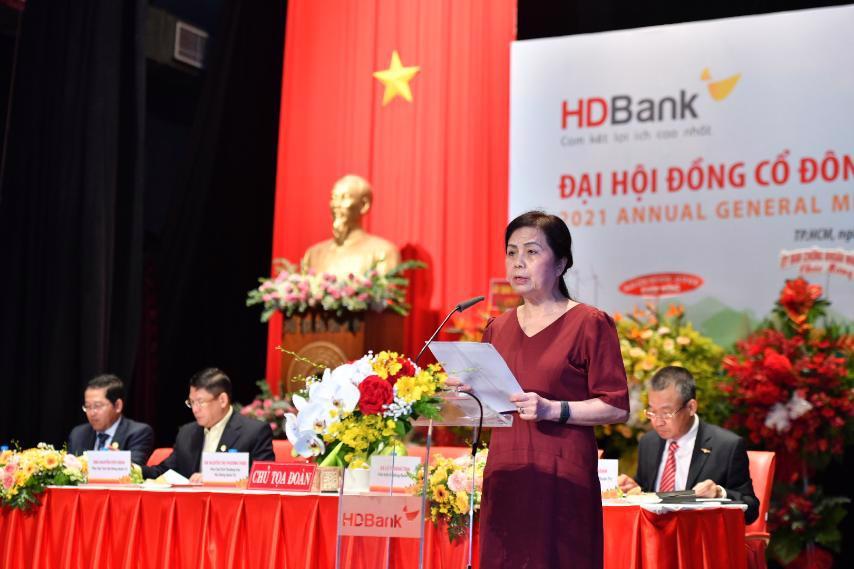 Bà Lê Thị Băng Tâm - Chủ tịch HĐQT trình bày Báo cáo hoạt động năm 2020 và Định hướng hoạt động năm 2021 của Hội đồng quản trị.