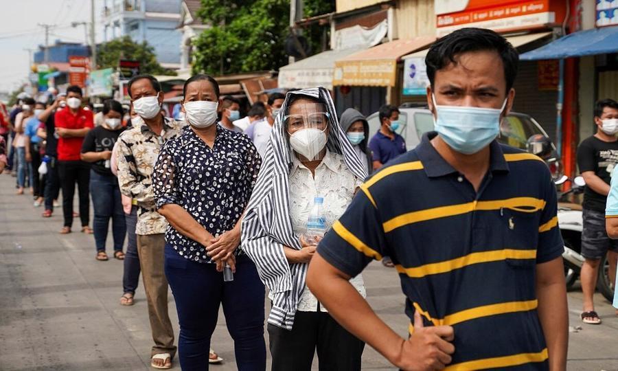Người dân chờ tiêm vaccine tại Phnom Penh, Campuchia ngày 22/4 - Ảnh: Reuters