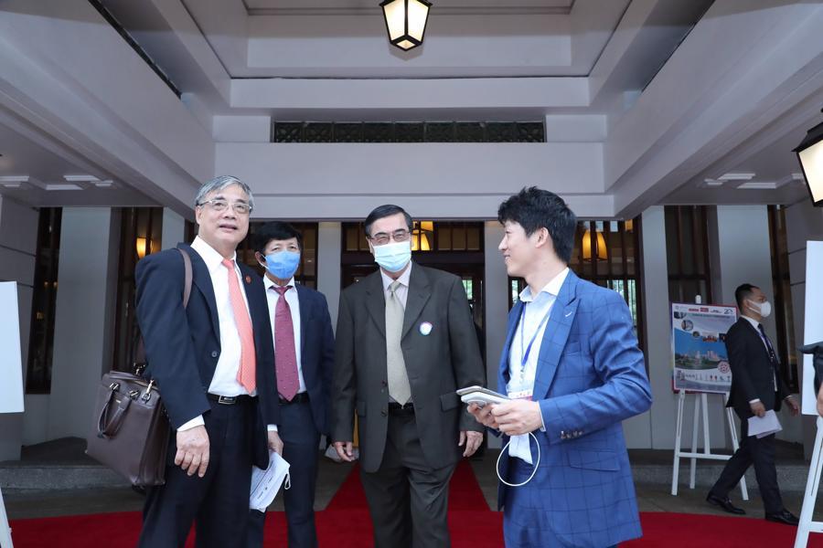 Các đại biểu tiến vào hội trường Diễn đàn Nhịp cầu Phát triển 2021.