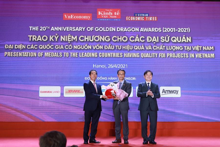 Ban tổ chức trao kỷ niệm chương cho các đại sứ quán