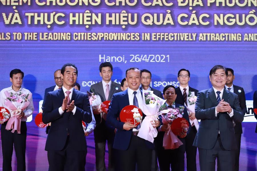 Ban tổ chức trao kỷ niệm chương Rồng Vàng tới các địa phương tiêu biểu về thu hút và thực hiện hiệu quả các nguồn đầu tư FDI