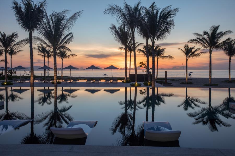 Hình ảnh bình minh ngoạn mục phản chiếu trong hồ bơi của Alma Resort đã giúp khu nghỉ dưỡng vượt qua vòng sơ tuyển, trở thành một trong 64 khách sạn lọt vào vòng chung kết của cuộc thi, cùng nhau tranh tài qua sáu vòng bình chọn.