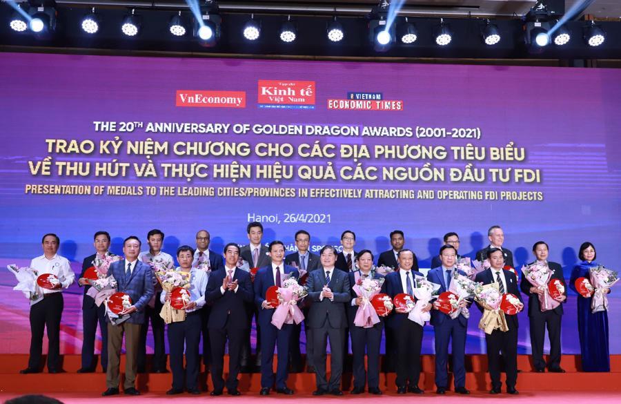 Trao kỷ niệm chương Rồng Vàng của Tạp chí Kinh tế Việt Nam – Vietnam Economic Times tới các địa phương tiêu biểu về thu hút và thực thi FDI và các đại sứ quán, đại diện các quốc gia có dòng vốn đầu tư FDI hiệu quả tại Việt Nam.