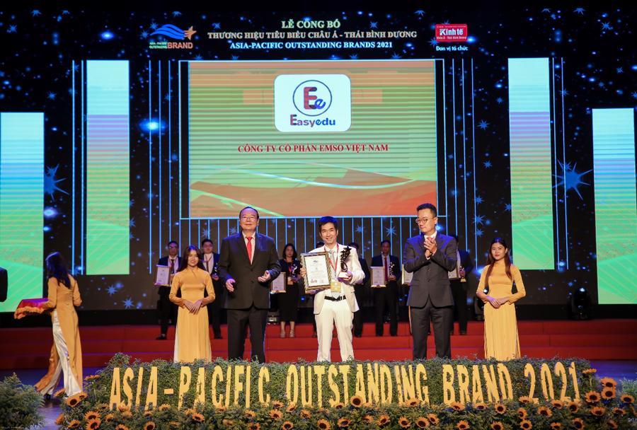 Ông Bùi Ngọc Tự - CEO EMSO đại diện nhận giải thưởng chương trình.