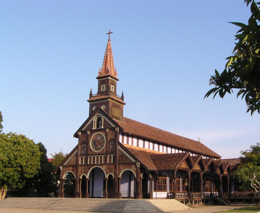 Khung cảnh tĩnh lặng của Nhà thờ Gỗ tại thành phố Kon Tum.