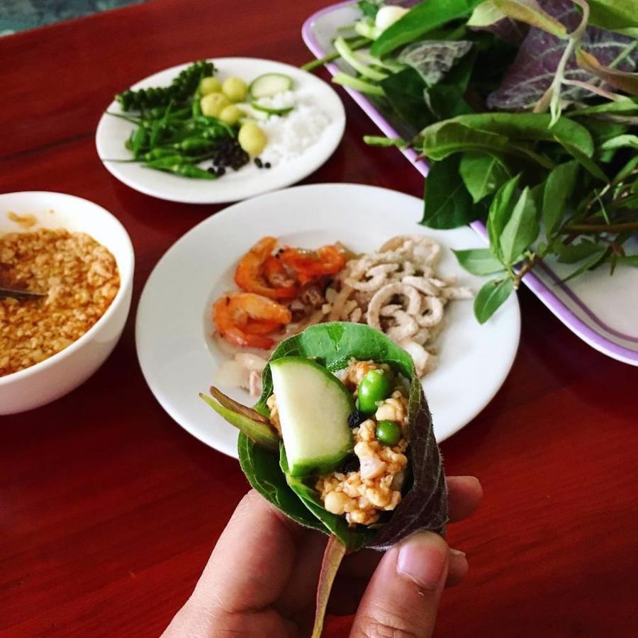 Món gỏi lá - một đặc sản nên thử ở Kon Tum.
