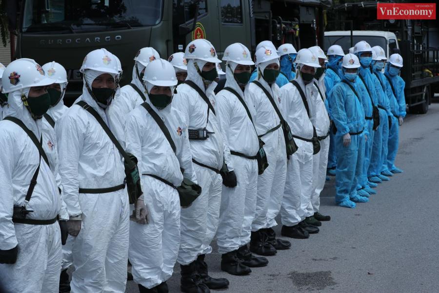 Các chiến sỹ Binh chủng Hóa học quán triệt nhiệm vụ trước giờ xuất phát.