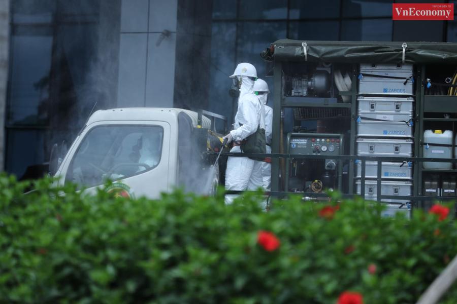 Sau gần 1 giờ, công tác phun khử khuẩn Bệnh viện Bệnh Nhiệt đới Trung ương cơ sở Kim Chung được hoàn thành.