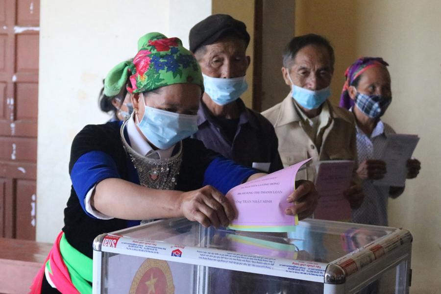 Cử tri người đồng bào dân tộc Mông bản Huồi Đun, xã Huồi Tụ, huyện Kỳ Sơn, Nghệ An bầu cử sớm - Ảnh: CTV.