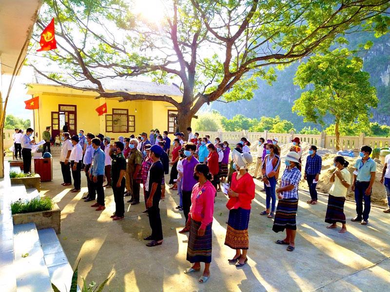 Sáng 21/5, Ủy ban bầu cử các huyện Bố Trạch và Quảng Ninh, tỉnh Quảng Bình tổ chức bầu cử sớm tại 17 khu vực bỏ phiếu vùng sâu, vùng xa của các xã biên giới - Ảnh: CTV.