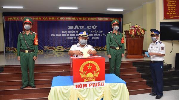 Sáng 21/5, gần 2.000 cử tri xã đảo Thổ Châu, thành phố Phú Quốc, tỉnhKiên Giang đã đi bầu cử sớm. Đây là xã duy nhất của tỉnh được Hội đồng Bầu cử quốc gia cho phép tổ chức bầu cử sớm để kịp chuyển kết quả về đất liền - Ảnh: CTV.