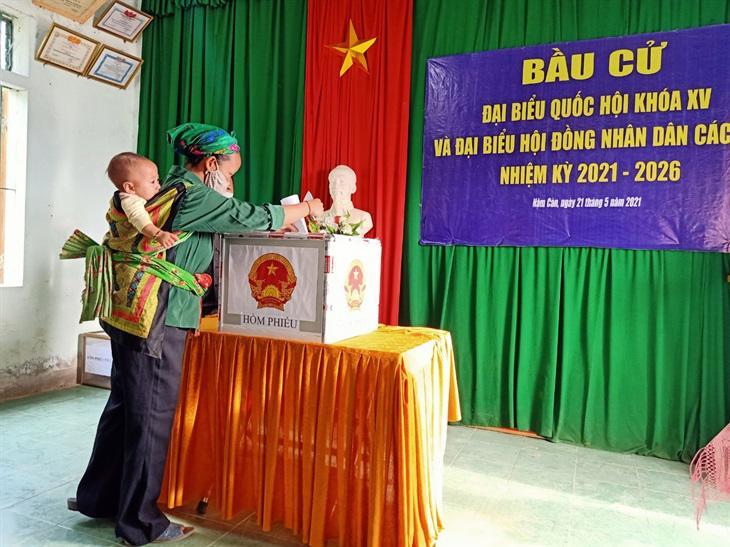 Cử tri dân tộc Mông ở bản Nậm Càn, xã Nậm Càn, huyện Kỳ Sơn, Nghệ An đi bầu cử sớm ngày 21/5 - Ảnh: Nguyễn Hùng.