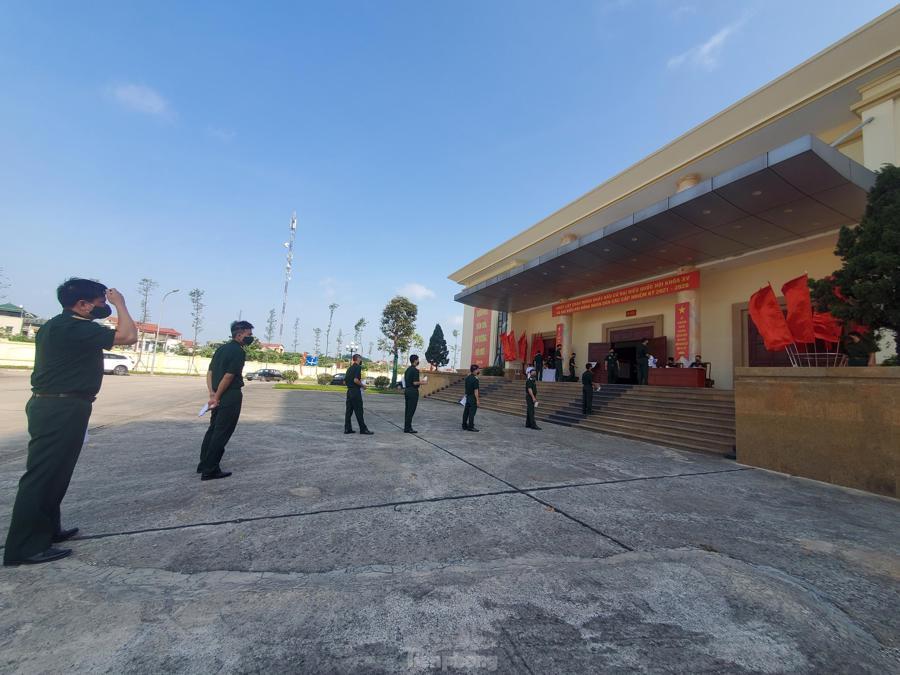 Các chiến sĩ xếp hàng chờ đến lượt vào bầu cử, đảm bảo giãn cách để phòng chống dịch Covid-19 - Ảnh: Luân Dũng.