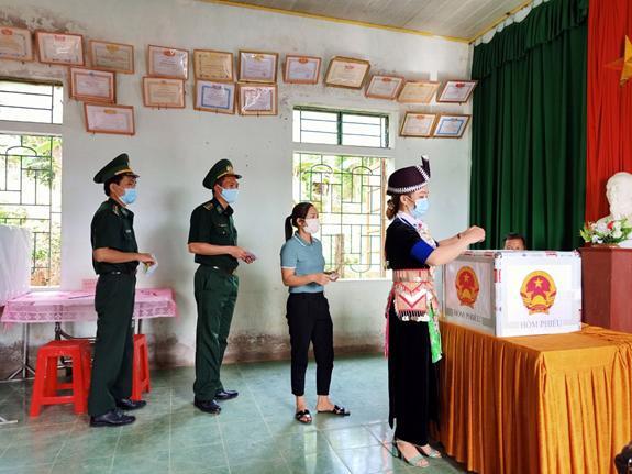 Nhân dân địa phương và cán bộ, chiến sĩ Đồn Biên phòng Nậm Càn, Nghệ An tham gia bầu cử sớm - Ảnh: Quang Ninh.
