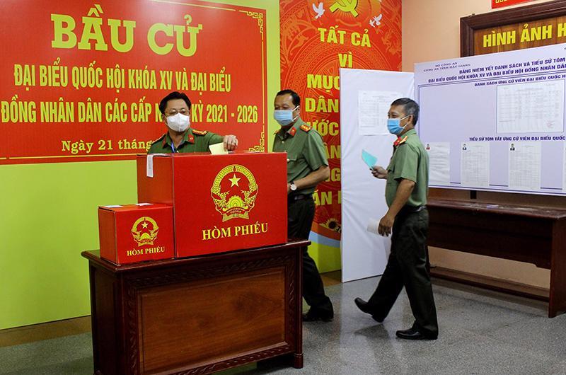 Ngày 21/5, cán bộ, chiến sĩ thuộc lực lượng vũ trang thuộc Bộ Chỉ huy Quân sự tỉnh Hậu Giang tiến hành bỏ phiếu sớm tại điểm bỏ phiếu khu vực số 6, phường 5, thành phố Vị Thanh, Hậu Giang - Ảnh: CTV.