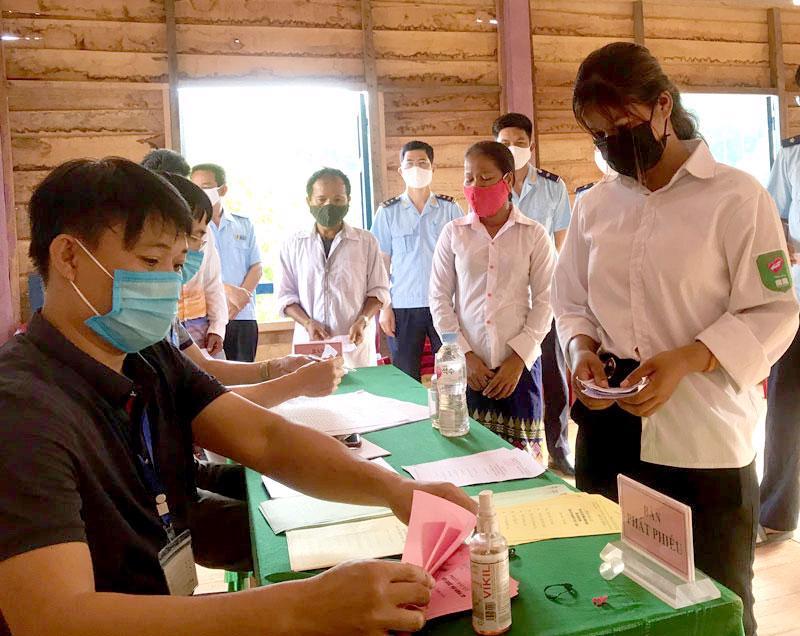 Cử tri xã biên giới Thượng Trạch, Quảng Bình xếp hàng bỏ phiếu - Ảnh: CTV.