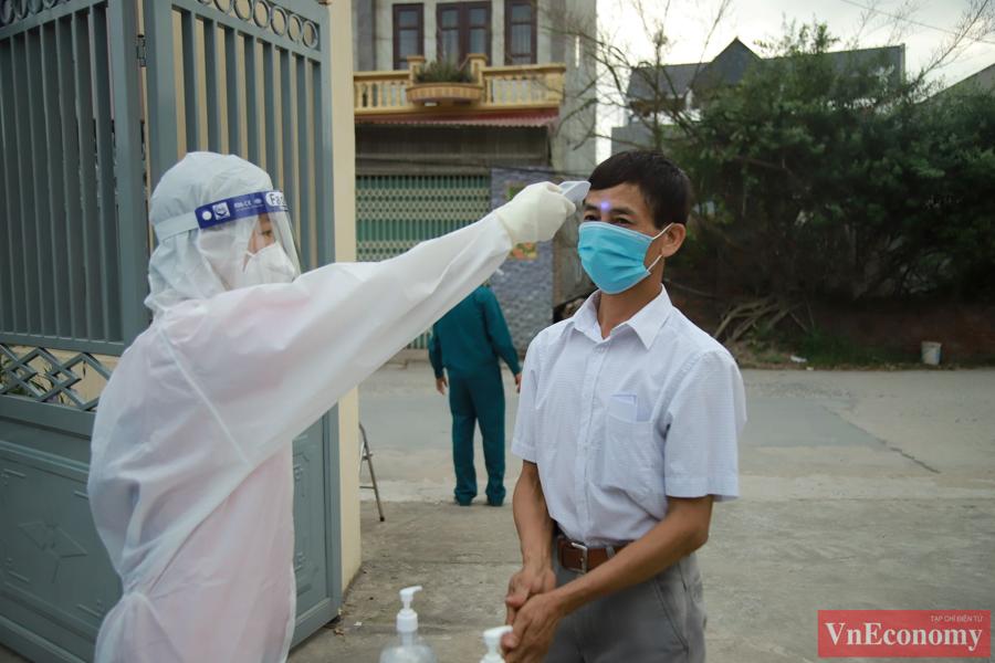 Ngay từ bên ngoài cổng khu vực bầu cử, mỗi cử tri đến đều được rửa tay khử khuẩn, đo thân nhiệt.