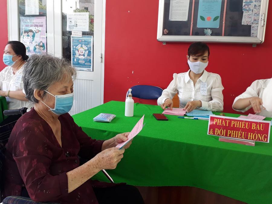 BàLê Thị Châu, cử tri 82 tuổi, tham gia bỏ phiếu ở Phường 4 Quận 5 Tp.HCM.