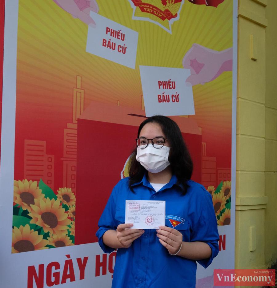 Đoàn viênVũ Linh Nhi, sinh năm 2003, rất háo hức với lần đầu tiên được đi bầu cử, nên đã tới Khu vực bỏ phiếu số 3 (Phường Trúc Bạch, Ba Đình, Hà Nội) từ rất sớm.