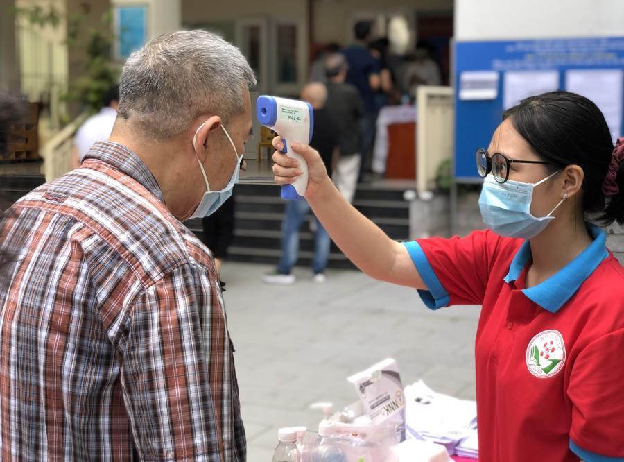 Các cử tri tham gia bỏ phiếu sẽ được yêu cầu khai báo y tế trực tuyến, đo nhiệt độ, rửa tay sát khuẩn...