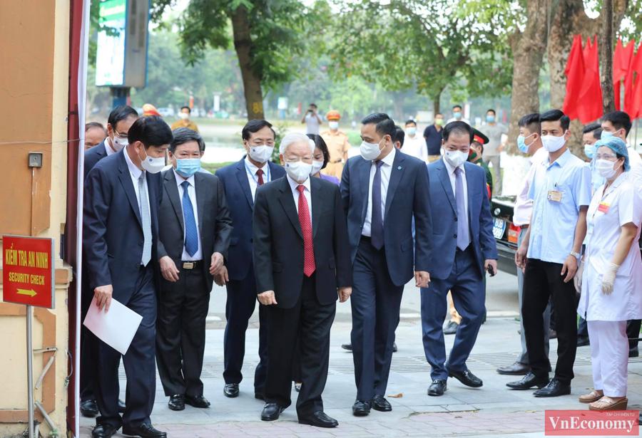 Vào 6 giờ 30 sáng nay, ngày 23/5, Tổng Bí thư Nguyễn Phú Trọng đã có mặt tại điểm bỏ phiếu 58 Nguyễn Du, Hà Nội.