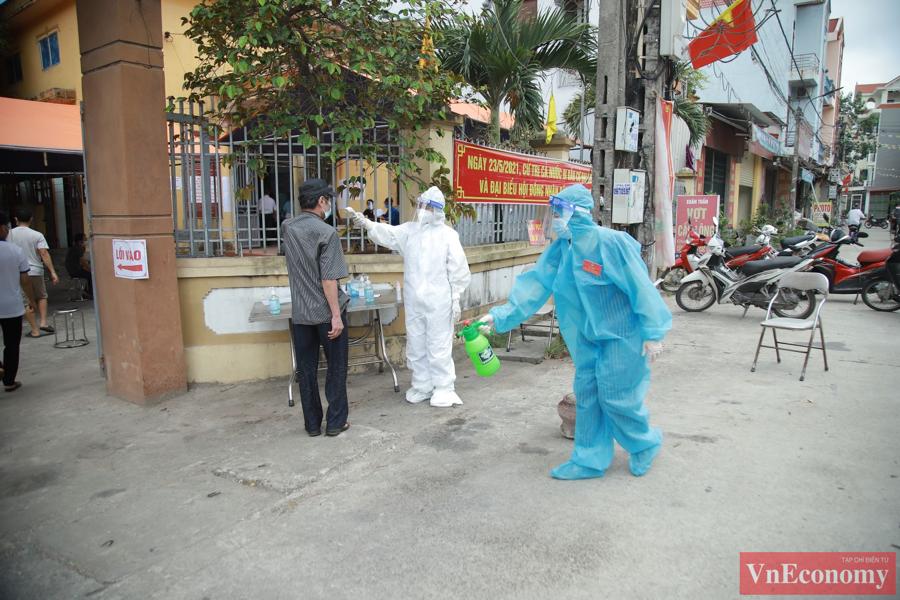 Ngay từ sáng sớm, hàng trăm cử tri tại xã Mão Điền đã lần lượt đến các điểm bỏ phiếu để tham gia bầu cử.