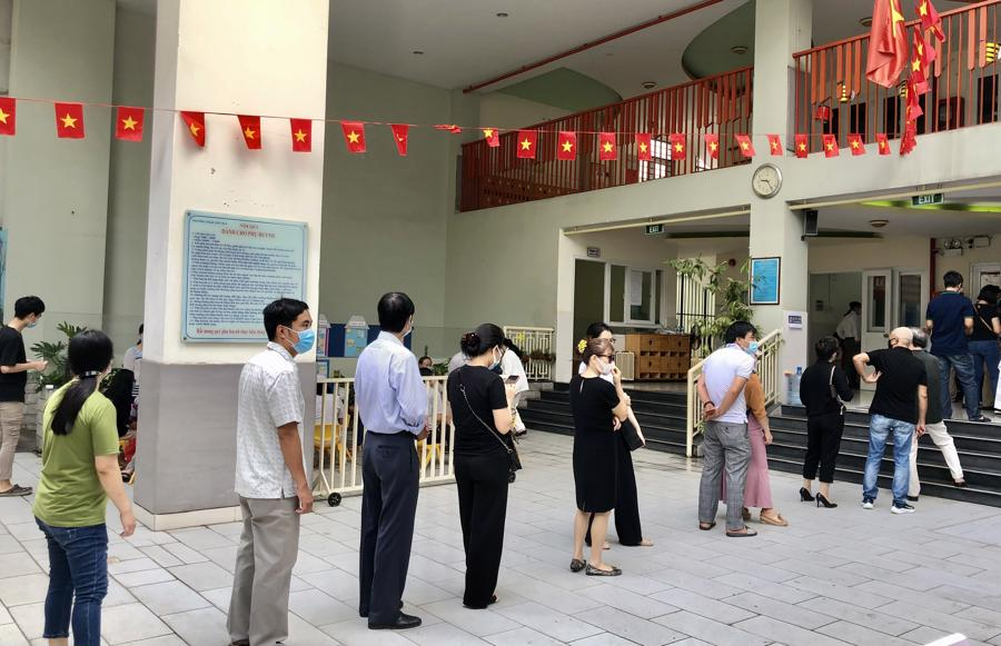 Duy trì khoảng cách để thực hiện phòng chống dịch Covid-19 trong khi bỏ phiếu