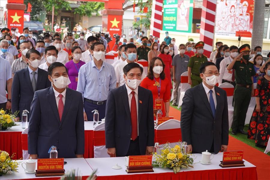 Chủ tịch Quốc hội Vương Đình Huệ cùng các đại biểu tham gia nghi lễ chào cờ trước khi bầu cử - Ảnh: MD/Báo Lao động