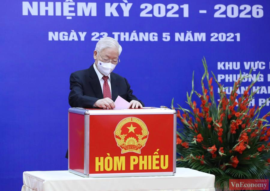 Đúng 7 giờ, ngay sau các nghi lễ trang trọng khai mạc cuộc bầu cử, Tổng Bí thư Nguyễn Phú Trọngđã bỏ lá phiếu đầu tiên.