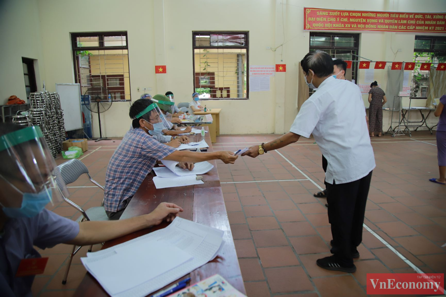Theo ghi nhận tại điểm bầu cử xã Mão Điền, việc bỏ phiếu diễn ra trang nghiêm và luôn đảm bảo công tác giãn cách, phòng chống dịch bệnh.