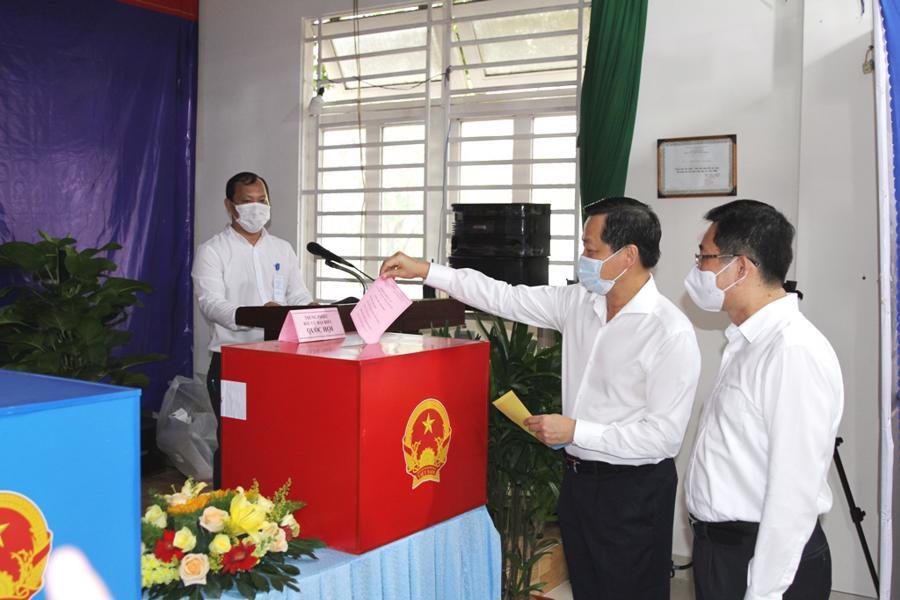 Phó Thủ tướng Chính phủ Lê Minh Khái bỏ lá phiếu bầu cử đầu tiên, tại Khu vực bỏ phiếu số 19 (trụ sở điều hành khu phố 5, P.An Phú, TP.Thủ Đức). Ảnh: VGP