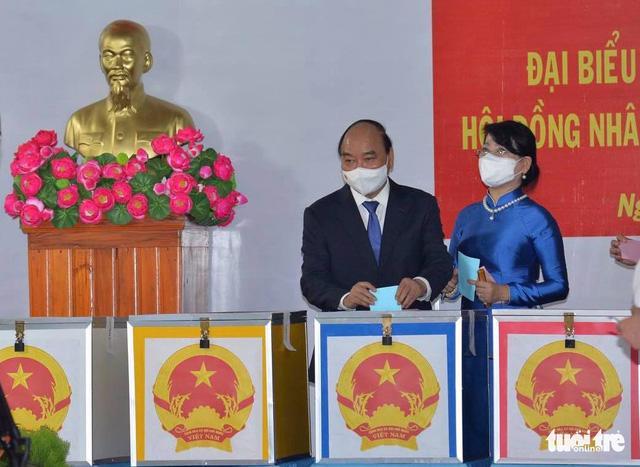 Chủ tịch nước Nguyễn Xuân Phúc và phu nhân bỏ phiếu tại tổ bầu cử số 10, khu phố 7, Thị trấn Củ Chi, Tp.HCM - Ảnh: Tự Trung/Báo Tuổi trẻ