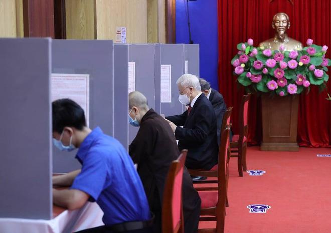 Tổng Bí thư ghi phiếu bầu tại điểm bỏ phiếu - Ảnh: Hoàng Đan/Báo Tổ Quốc
