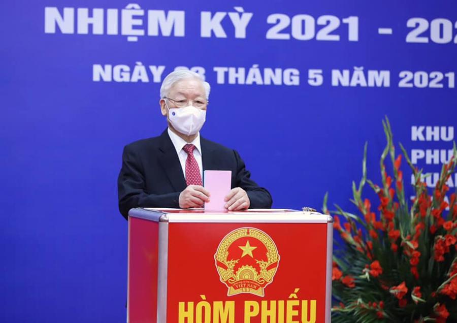 Tổng Bí thư thực hiện bỏ phiếu bầu cử, thực hiện quyền công dân của mình - Ảnh: VGP