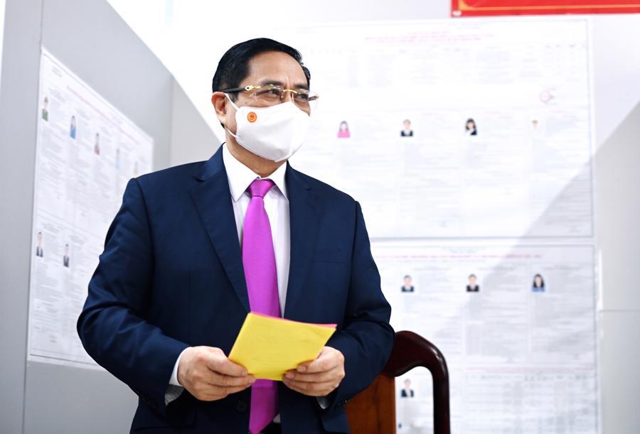 Thủ tướng Phạm Minh Chính nhận phiếu bầu cử. Ảnh: VGP/Nhật Bắc
