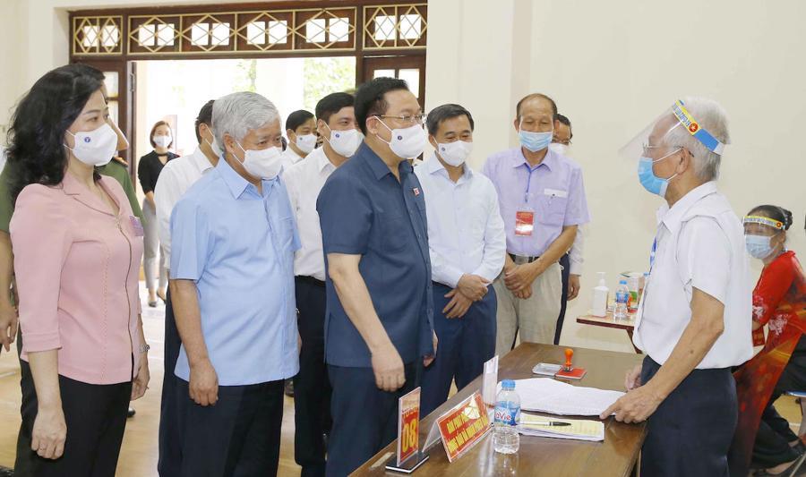 Chủ tịch Quốc hội kiểm tra điểm bỏ phiếu ở tỉnh Bắc Ninh. Ảnh:Hoàng Phong