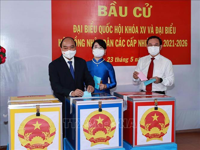 Chủ tịch nước Nguyễn Xuân Phúc cùng phu nhân vàBí thư Thành ủy TPHCM Nguyễn Văn Nên là những người đầu tiên bỏ phiếu bầu cử đại biểu Quốc hội khóa XV và đại biểu Hội đồng nhân dân các cấp nhiệm kỳ 2021-2026.