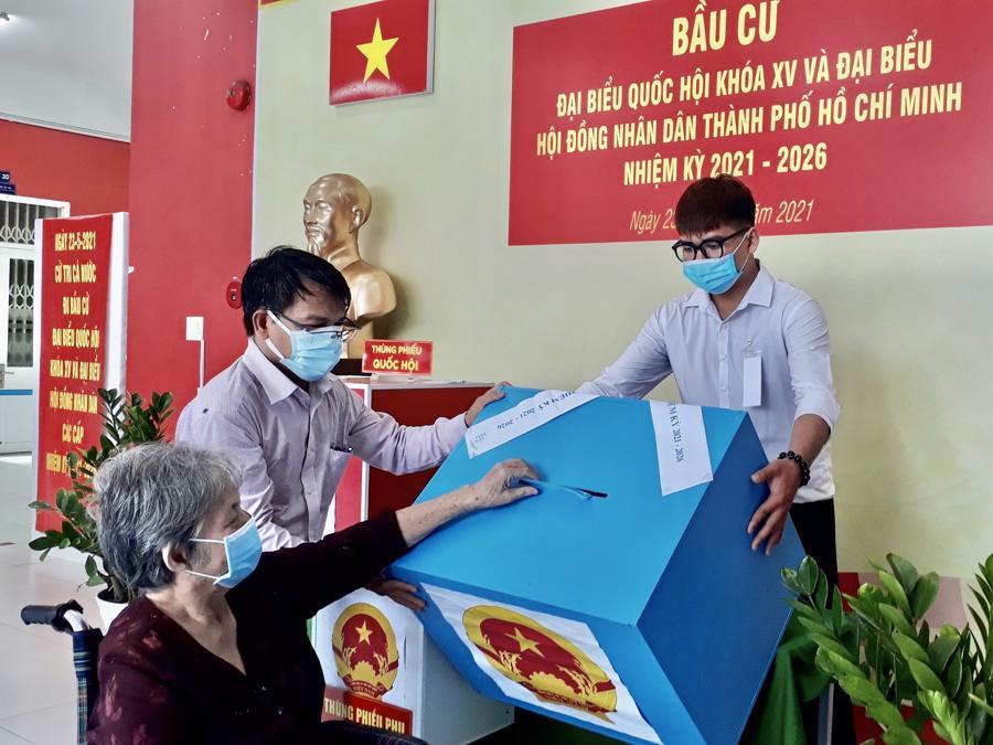 Hỗ trợ người cao tuổi tham gia bỏ phiếu.