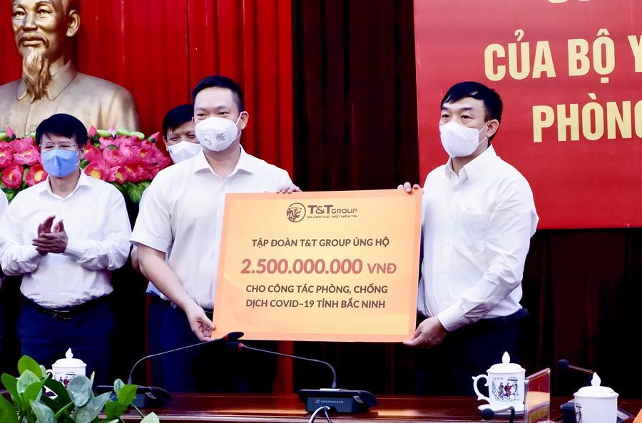 Đại diện Tập đoàn T&T Group trao ủng hộ tỉnh Bắc Ninh 500 tấn gạo và 2,5 tỷ đồng.