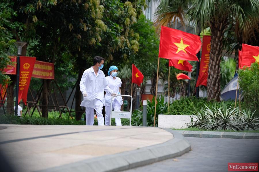 Trong khuôn viên vắng lặng của khu đô thị, giờ chỉ thấy những bóng áo trắng của lực lượng y tế đang khẩn trương khoanh vùng dập dịch.