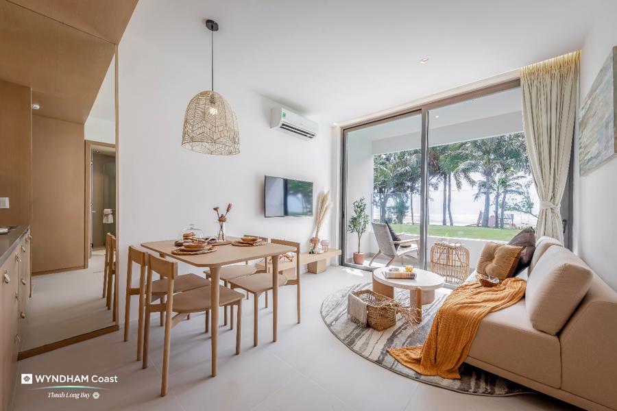 Căn hộ 2 phòng ngủ với hệ cửa mở rộng tối đa giúp thông gió và có view tự nhiên, bất cứ góc nào đều có thể nhìn ra biển.