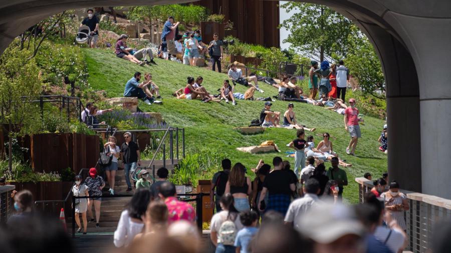 Người Mỹ thoải mái tắm nắng trong công viên, nhiều người không cần đeo khẩu trang - Ảnh: CNN