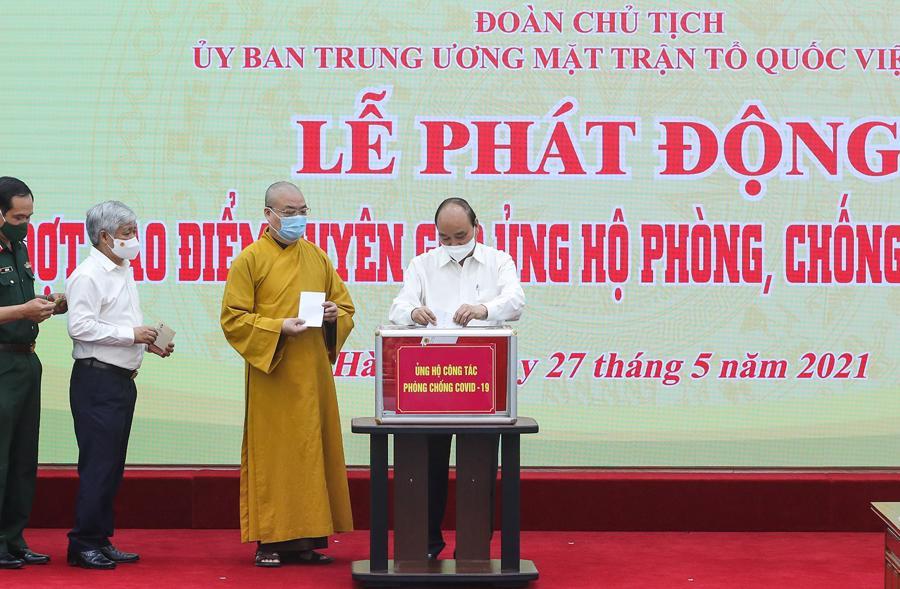 Chủ tịch nước Nguyễn Xuân Phúc cùng các đại biểu tham gia ủng hộ. Ảnh: VC.
