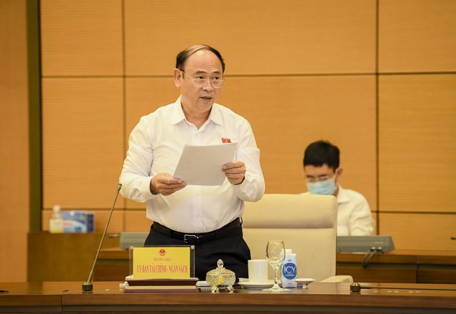 Phó Chủ nhiệm Ủy ban Tài chính – Ngân sách Bùi Đặng Dũng trình bày báo cáo thẩm tra - Ảnh: Quochoi.vn